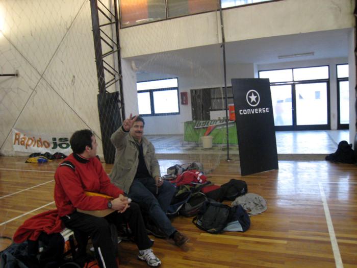 Huevo Sánchez  Manolo Flores observando jugadores  Album: Campus de Invierno 2007  Dimensiones: 700x525