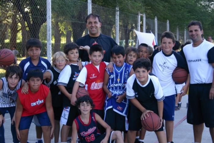 Huevo Sánchez  Enero, día 5. Los mas chicos junto a Oscar Sánchez.  Album: Campus de Verano 2008  Dimensiones: 700x466