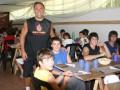 Huevo Sánchez  Album: Campus Verano 2008  Febrero, día 1. Oscar Sánchez acompaña a los chicos en su primer almuerzo.