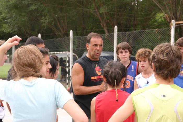 Huevo Sánchez  Febrero, día 2. Con atención escuchan los consejos de Oscar Sánchez.  Album: Campus de Verano 2008  Dimensiones: 700x466