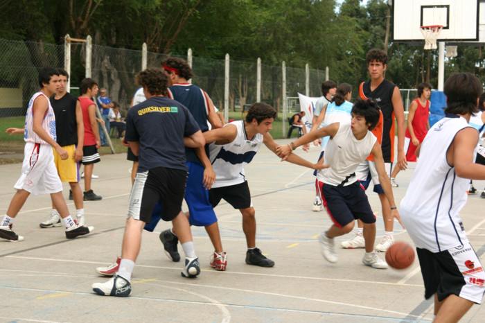 Huevo Sánchez  Febrero, día 5. Pick and roll, variantes ante distintas situaciones defensivas.  Album: Campus de Verano 2008  Dimensiones: 700x466