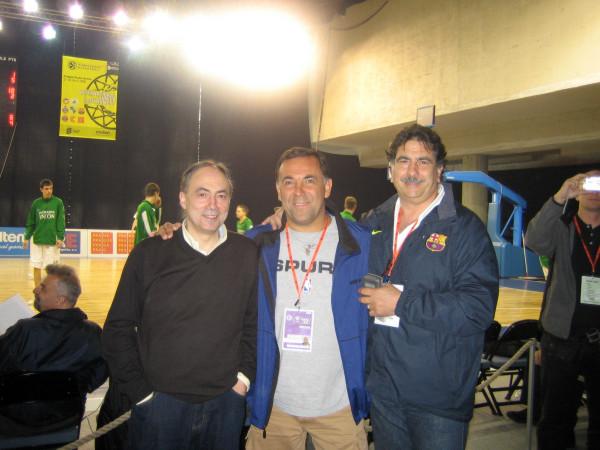 Huevo Sánchez  Con Alfredo Salazar (Scouter del TAU) y Manolo Flores (Barcelona)  Album: Euroliga 2006  Dimensiones: 600x450