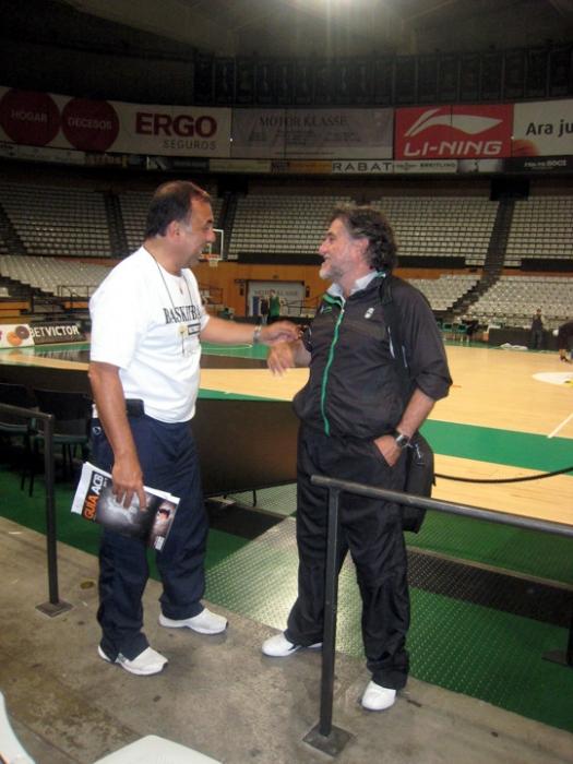Huevo Sánchez  Con Pepu Hernadez ( Ex campeon Mundial como entrenador de España en Mundial japon)  Album: Euroliga 2011  Dimensiones: 525x700