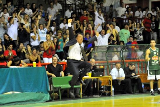Oscar Sánchez. El director técnico de Atenas explotó en el final del partido del domingo ante Libertad (Foto: Sergio Cejas)