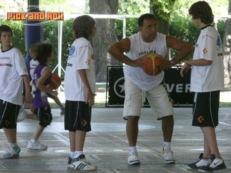 Oscar Sánchez junto a los chicos en el campus de verano 2010 (Majo Gil)