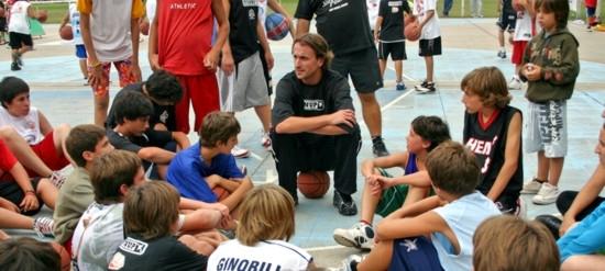 """""""Sepo"""" Ginóbili, dialogando con los chicos en el Campus del Huevo."""